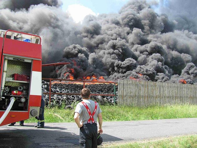 Požár skládky pneumatik u obce Bor u Skutče.