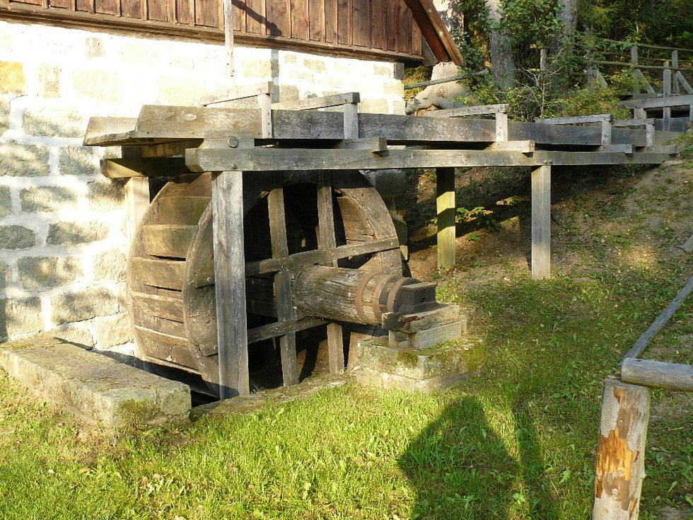 Dubové vodní kolo zdobí veselokopecký skanzen.