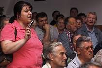 Setkání zástupců města a představitelů vodárenských firem s občany v hlinecké Orlovně mělo bouřlivý průběh.