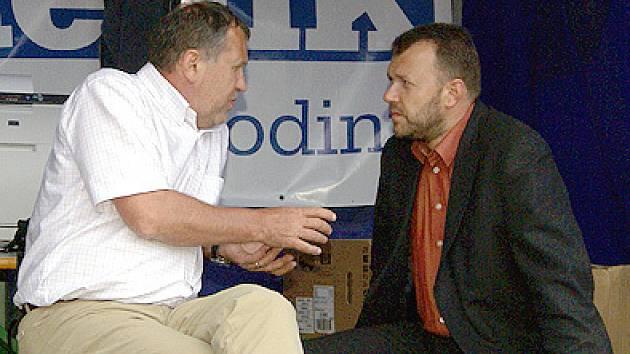 Milan Kušta (vpravo při rozhovoru s poslancem Ladislavem Libým).