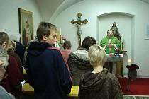 Leoš Halbrštát slouží dětskou mši v Solnici.
