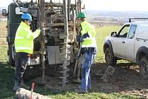 Na trase druhé části obchvatu Chrudimě kolem Slatiňan se začínají rozbíhat přípravné stavební práce.