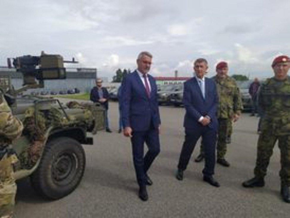 Vojáci z chrudimského 43. výsadkového praporu předvedli premiérovi Andreji Babišovi ukázky své práce.