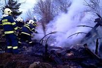 Maringotku ve Vížkách i přes zásah hasičů plameny zcela zničily.