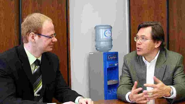 Roman Málek (vlevo) hovoří s Liborem Roučkem.