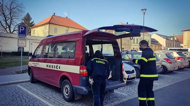 Hasiči z Chacholic včera rozváželi respirátory, roušky a ústenky pro doktory a lékárny v Chrasti i okolních obcích.