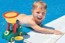 Osvěžení v domácím bazénu.