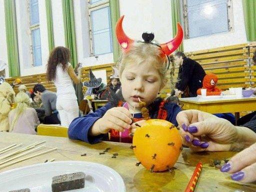 Mikulášský karneval v chrudimské tělocvičně.