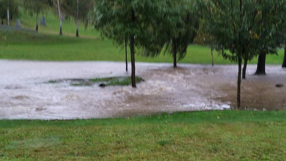 Památník v Ležákách opět zalila voda