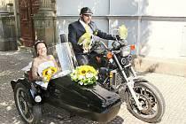 Novomanželé míří vstříc společnému štěstí.