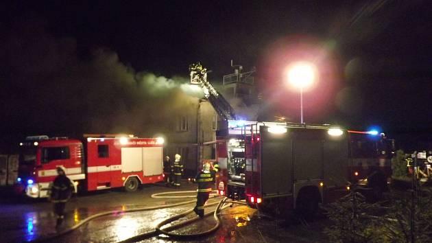 Hasiči zasahovali u požáru kovoobráběcí haly ve Skutči.