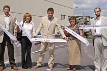 Přestřižení pásky  se mimo jiné ujali i starosta města Jan Čechlovský a jeho zástupce Petr Řezníček.