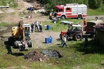 Hasiči zasahovali u úniku deseti tisíc litrů petroleje v areálu Správy státních hmotných rezerv v Kostelci u Heřmanova Městce.