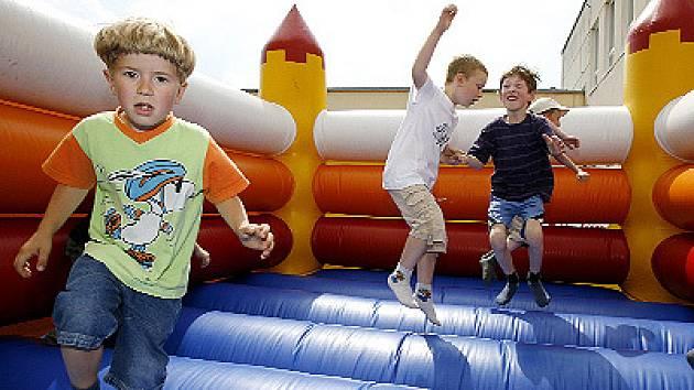 Díky skákacímu hradu se nebudou nudit ani děti.