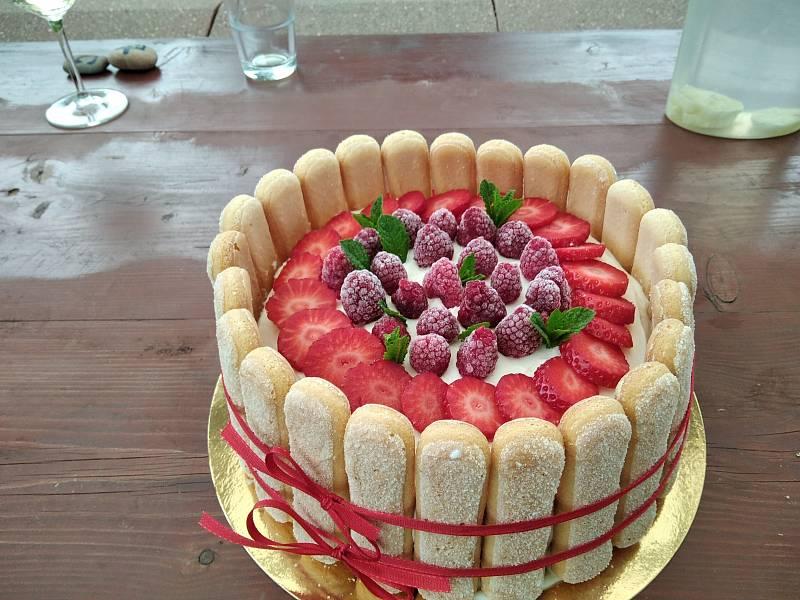 Na snímku je dort z jahod. Ale z borůvek je stejně dobrý. Nesmí chybět na žádné naší jarní či letní rodinné oslavě.