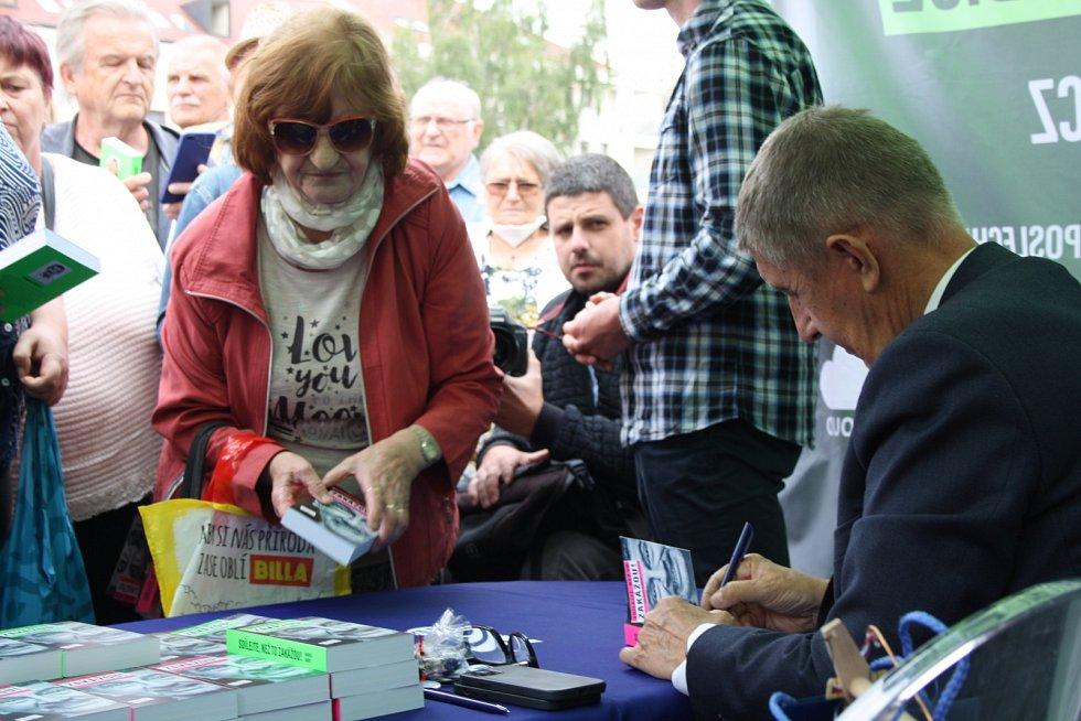 Žádný klasický předvolební mítink, ale pouze autogramiáda. Na Babiše přišlo v Chrudimi asi 150 lidí.
