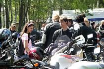 Motorkáři ve Studnicích si dali sraz, aby vyrazili na svou první jarní vyjížďku.