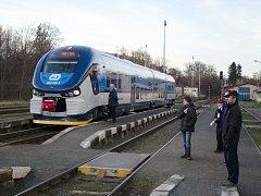 Modrý regionální vlak RegioShark jezdí na trati mezi Pardubicemi a Hlinskem.