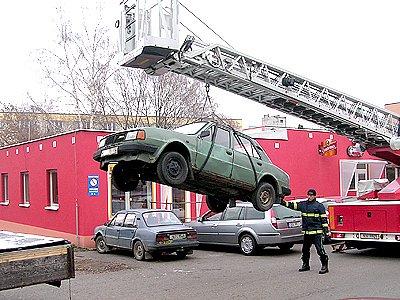 Hasiči odváželi vrak vozidla.