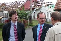 Do Smrkového Týnce dorazil náměstka ministra Čunka Milan Půček (vlevo), kterého doprovázel krajský vicehejtman Roman Línek.