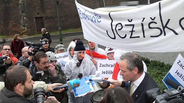 Petice Zachraňte Ježíška  před úřadem vlády v Praze. Signatáři předali petici ministrovi vlády Cyrilu Svobodovi .
