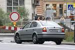 Kruhová křižovatka v Chrudimi Na Bídě v hlavním tahu na Pardubice je o víkendu kvůli opravám uzavřena. Řidiči, kteří přehlédli dopravní značení se u kruháky nestačili divit. A museli otáčet ...