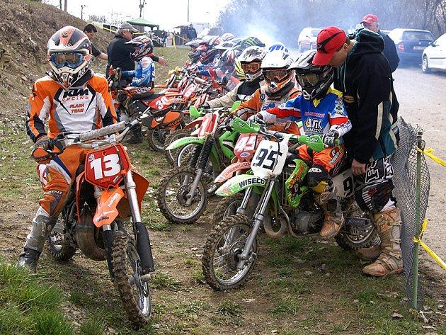 Motocrosové závody v Kubíkových Dubech u Třemošnice.