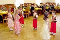 Děti potěšily seniory v Rosicích pohádkovým vystoupením.