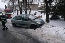 Ve Slatiňanech na křižovatce ulic T.G. Masaryka a Medkova řidič vozidla Citroen Jumpy zřejmě nedal přednost v jízdě řidiči automobilu Citroen Xsara.