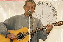 Mezi hlavní lákadla letošního ročníku Folkového špekáčku v Hlinsku patřil písničkář Pavel Dobeš.