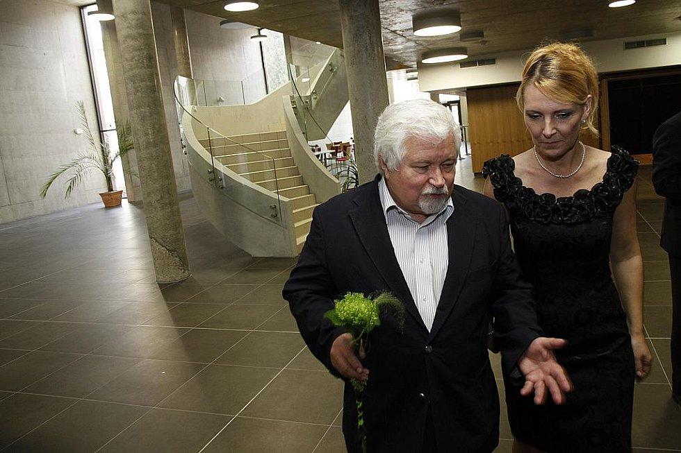 Starostka města Hlinska Magda Křivanová se senátorem Petrem Pithartem.