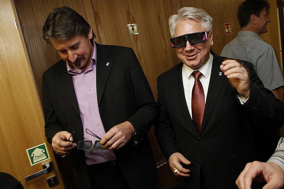 Starosta partnerského města Púchova Marián Michalec si vyzkoušel s 3D brýlemi prostorový efekt.