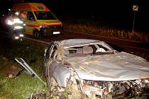 Nepřipoutaný řidič při nehodě u Rozhovic vylétl z vozu. Zemřel při převozu.