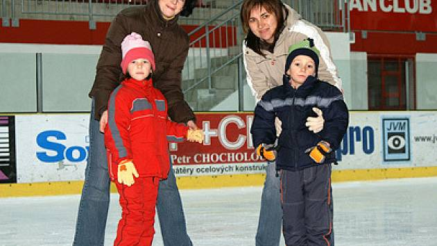 Několik desítek dětí i dospělých vyrazilo před blížícím se Silvestrem za sportem na led chrudimského zimního stadionu.