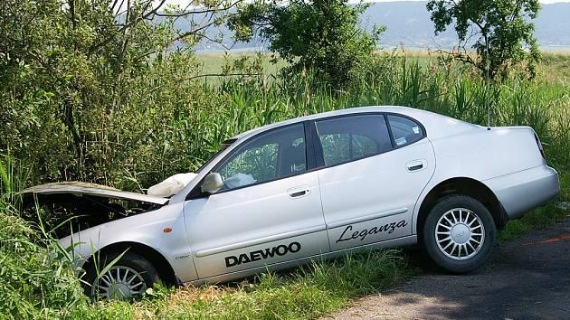 V příkopě u silnice skončila jízda řidiče Daewoo u Biskupic. Cestou tam mu stál v cestě u vzrostlý strom.