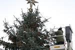 Vánoční smrk na Resselově náměstí se dočkal ozdob.