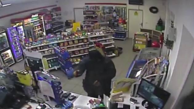 Maskovaný lupič přepadl benzinku v Rozhovicích