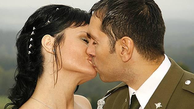 V hlineckém kostele si v sobotu dali manželský slib hlinecká rodačka a mistryně světa v aerobicu z roku 2004 Jana Vodičková a profesionální voják Daniel Ziemba.
