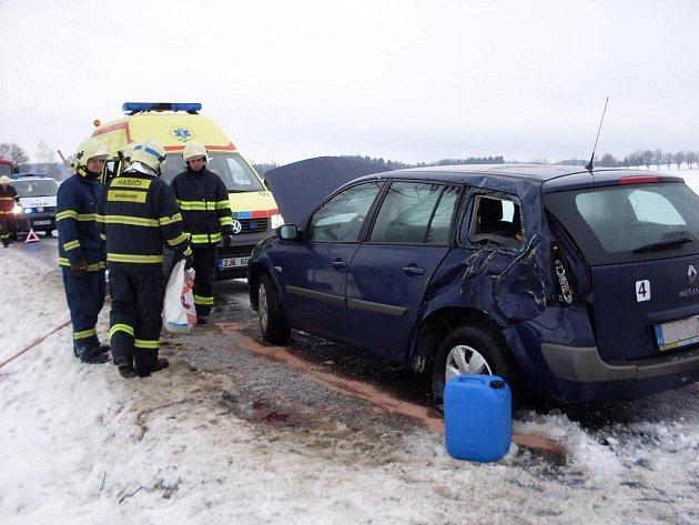 Hlinečtí hasiči vypomáhali kolegům z Vysočiny při nehodě mezi Žírcem nad Doubravou a Údavami.