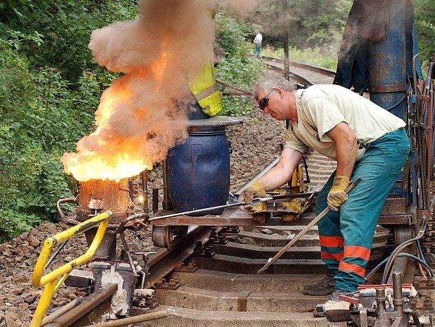 Místo vlaků patřila trať mezi Slatiňany a Žďárcem dělníkům a svářečům.