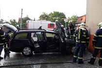 Hasiči likvidovali požár automobilu v Hrochově Týnci.