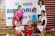 Chrudimské gymnastky zleva: M. Pecinová, M. Doležalová, B. Tichá, A. Mašíková, K. Doležalová, B. Štěrbová, J. Novotná a trenérka S. Hovorková.