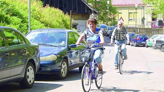 V centru města cyklisté využívají i Lázeňskou ulici. Na rozdíl od aut jí mohou projíždět obousměrně.