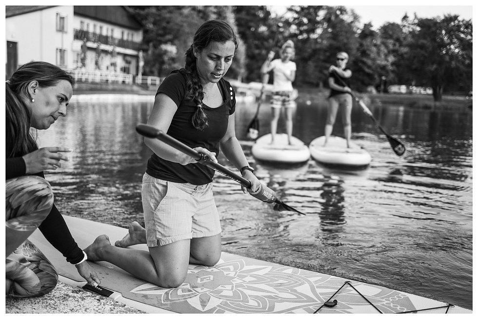 Na konopáčské vodě ženy cvičí jógu. Balanc zapojí i jiné svaly.