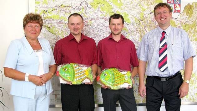Hejtman  Ivo Toman a náměstkyně hejtmana  Marie Málková přijali dvojici mistrů světa ve sportovním rybolovu Michala a Tomáše Tichých ze Slatiňan.