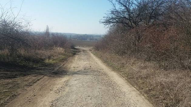Cesta mezi chrudimskou průmyslovou zónou a Markovicemi.