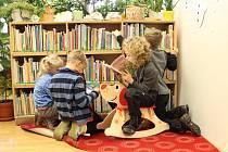 Ilustrační foto - knihovna dál vítá čtenáře.