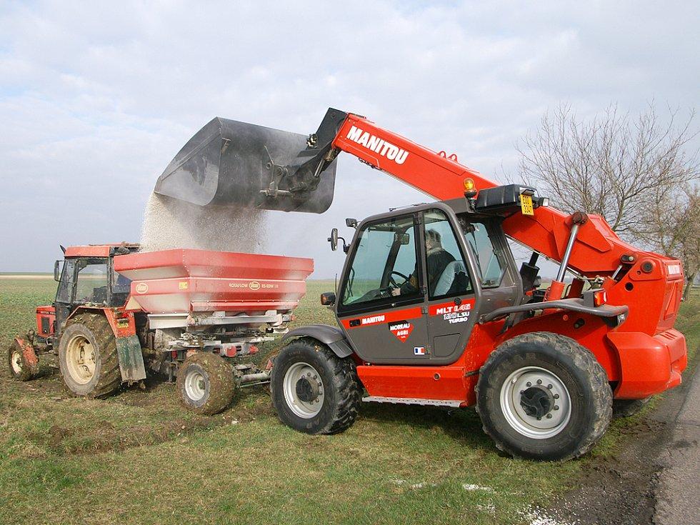 ZIMA MÁ NA KAHÁNKU. Zemědělci připravují pole na nové vegetační období.  V okolí Tuněchod prováděli například hnojení lánu řepky olejky, který se o několik týdnů později opět žlutě rozzáří do krajiny.