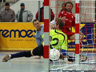 Čtvrtý gól futsalisty Era-Packu a nejlepšího hráče utkání Romana Mareše.