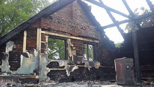 V Hodoníně na Chrudimsku uhodil v noci blesk do rodinného domu a zapálil jej. Na místě zasahovalo sedm jednotek hasičů. Požár dostali pod kontrolu po dvou hodinách, škoda byla předběžně vyčíslena na dva miliony korun.
